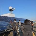 太陽光発電パネル。A館の屋上に4種類、B館の壁面に1種類設置されています。