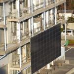 A館屋上から見たB館の太陽光発電パネル