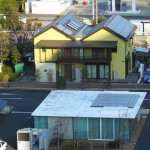 屋上から見たコンセプトルームとエコハウス「暮・楽・創ハウス」
