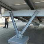 太陽光発電パネルの裏。強度のある構造がパネル本体の耐用年数を支えています。