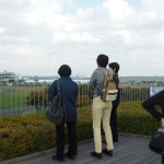 屋上庭園から港やヘリポートが見えます